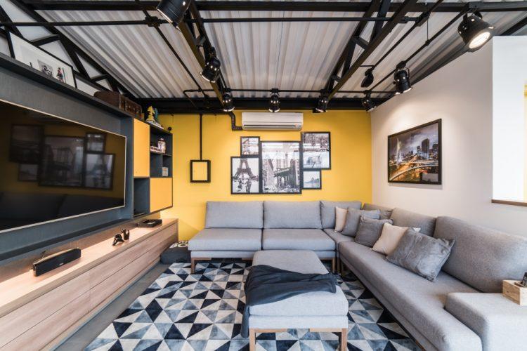 parede amarela com estrutura metalica no home theather da cobertura assinada por Pietro Terlizzi
