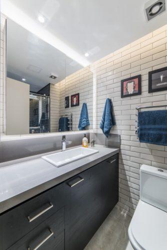 banheiro com pia branca no duplex assinado por Pietro Terlizzi