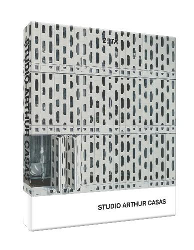 Foto da capa dura do livro em perspectiva _ livro STUDIO ARTHUR CASAS
