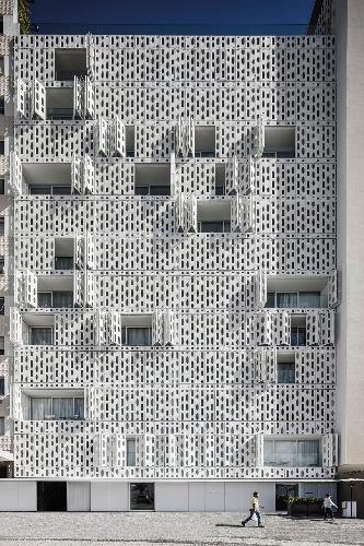 Foto da fachada do Hotel Emiliano da Avenida Atlântica _ livro STUDIO ARTHUR CASAS
