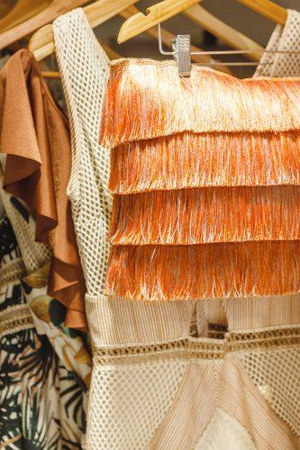 almofada de franjas laranja de patbo e westwing