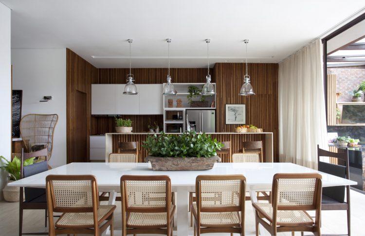 Sala de Jantar com cadeiras de palhinha e lustres pendentes com paisagismo de Mariane Ramos