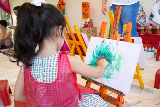 criança pintando na babylonia feira hype no CasaShopping