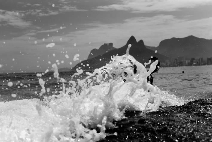 foto de onda com o morro dois irmaos ao fundo feitas por ari kaye