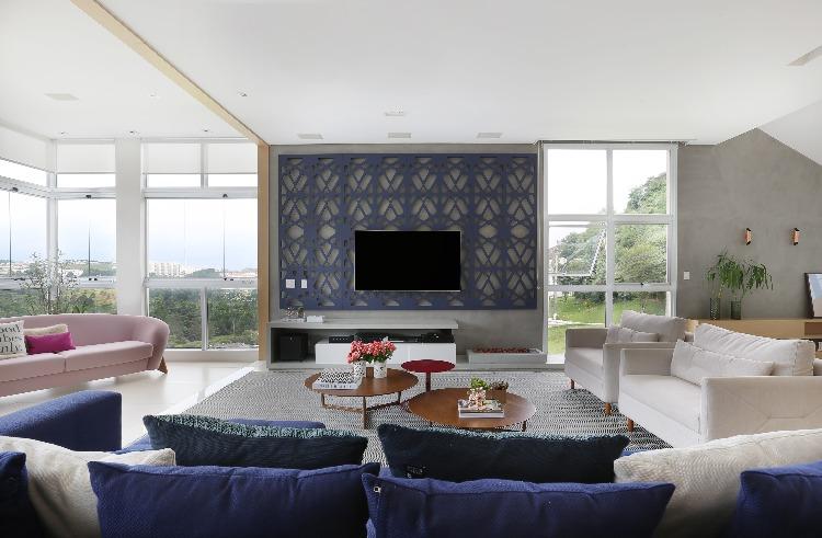 Painel de televisão vazado na sala assinada pela Triarq Arquitetura