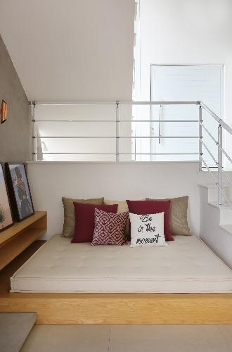 Futon embaixo da escada assinada pela Triarq Arquitetura