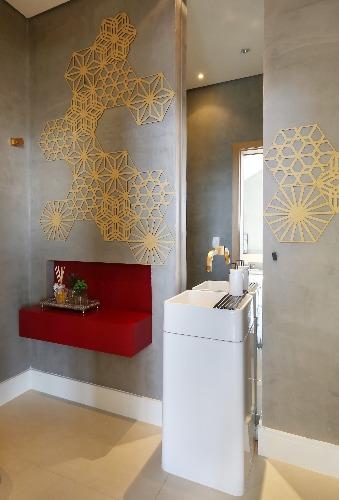 lavabo cinza com paineis vazados na parede no projeto da Triarq Arquitetura