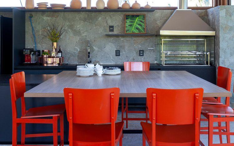 projeto de david bastos usando cadeiras living color da pantone