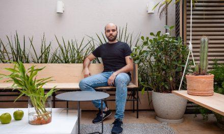 O arquiteto Leandro Neves abre seu apartamento
