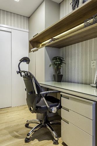 home office com cadeira de escritório no projeto de Cristiane Schiavoni