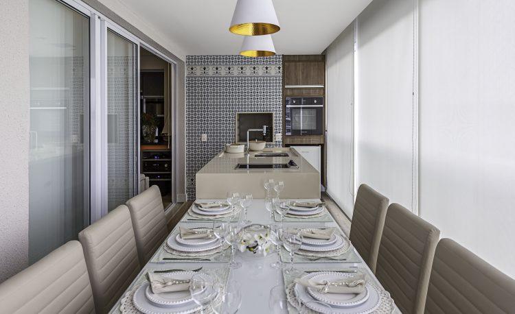 mesa de jantar na varanda do apartamento de Cristiane Schiavoni