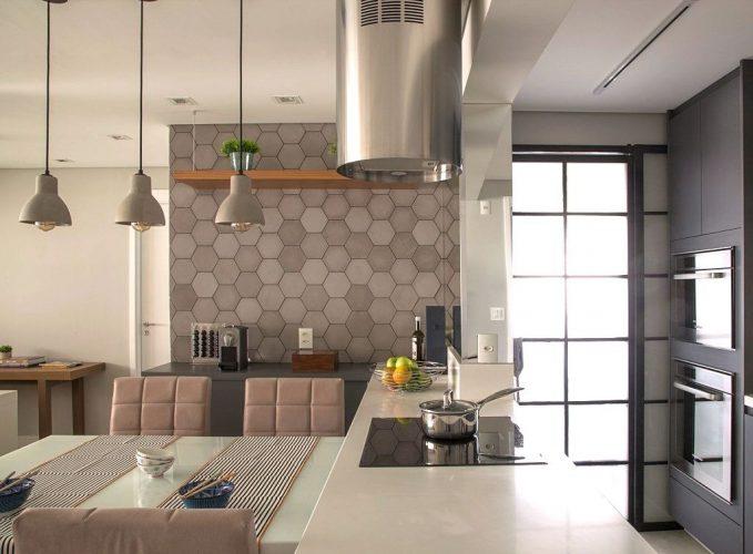 Revestimento hexagonal: Solarium na cozinha americana assinada por Bruno Moraes