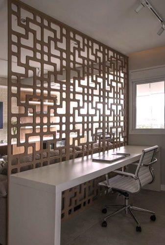 Home Office e painel de madeira no apartamento assinado por Bruno Moraes