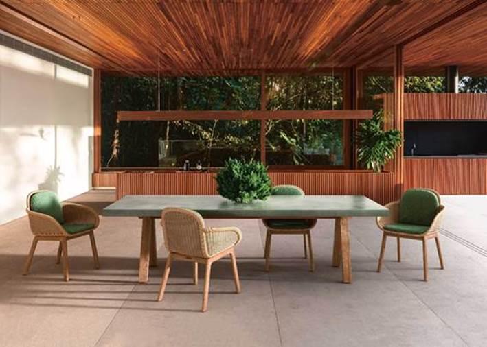 Linha de móveis para a área externa assinada pela badalada designer Patricia Urquiola.