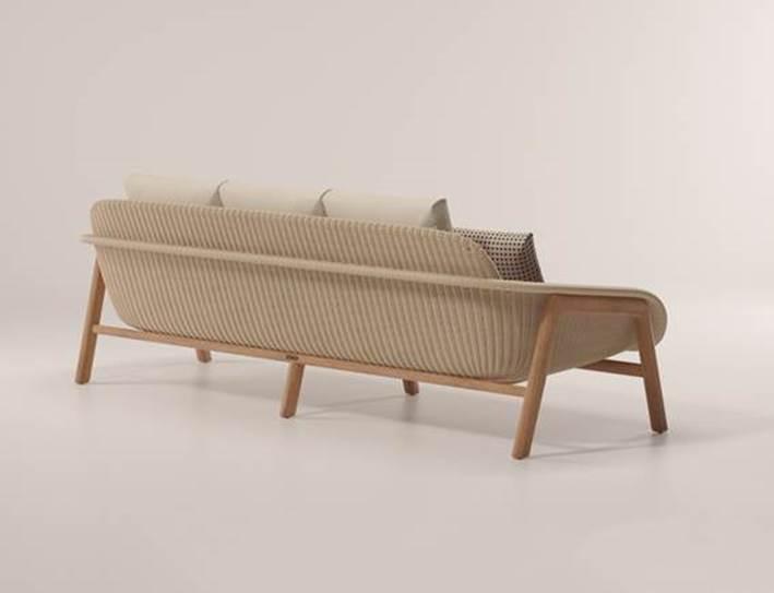Linha de móveis para a rea externa assinada pela badalada designer Patricia Urquiola. Sofá de 3 lugares.