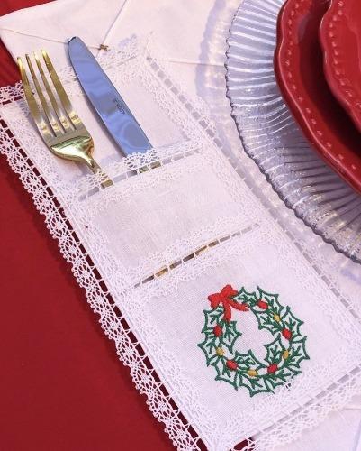 Porta talher de renda a bordado com uma guirlanda, compondo a mesa de natalINSPIRAÇÃO E SUPER DICAS PARA A SUA MESA DE NATAL! 2018