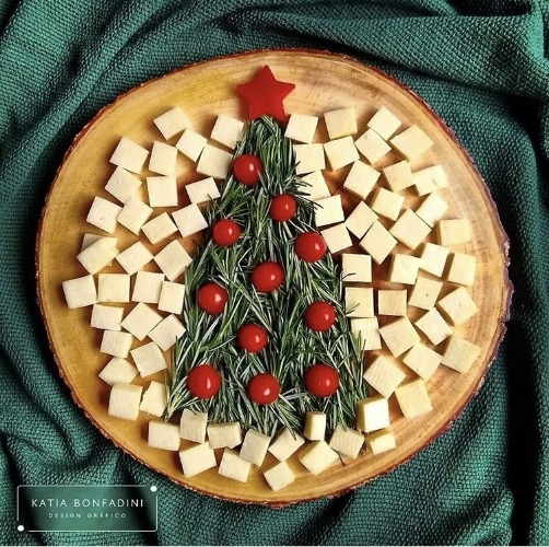 Tabua com pedaços de queijo ao redor da arvore de natal feita com alecrim e enfeitada com mini tomates..INSPIRAÇÃO E SUPER DICAS PARA A SUA MESA DE NATAL! 2018