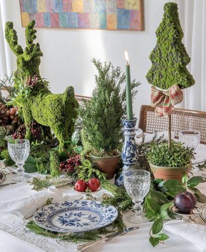 Mesa de Natal com louça azul e centro de mesa todo em verde. INSPIRAÇÃO E SUPER DICAS PARA A SUA MESA DE NATAL! 2018