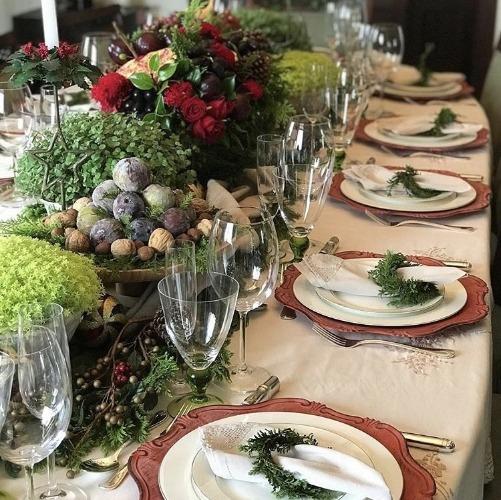 Sugestão de mesa para o Natal com o centro de mesa decorado com figos e nozes entre vasos de plantas. INSPIRAÇÃO E SUPER DICAS PARA A SUA MESA DE NATAL! 2018