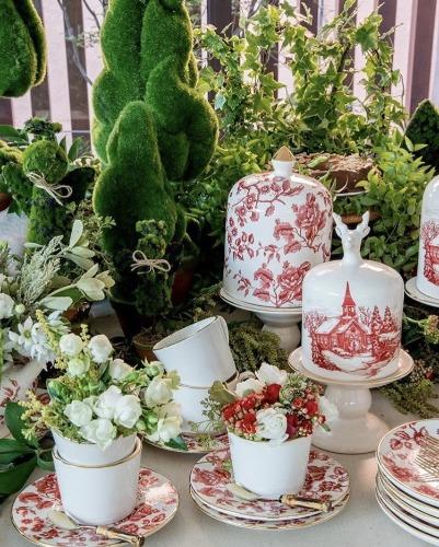 Mesa de natal, com xícaras e flores. INSPIRAÇÃO E SUPER DICAS PARA A SUA MESA DE NATAL! 2018