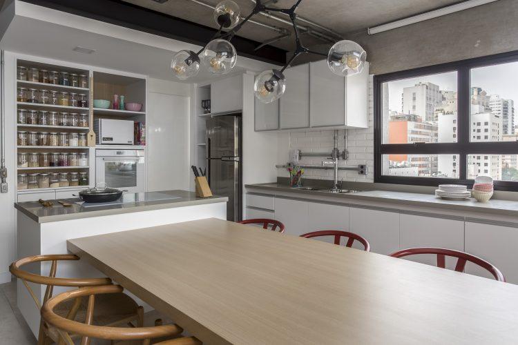 mesa de jantar e cozinha assinada por Korman Arquitetos