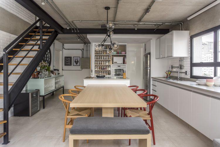 sala de jantar na cozinha americana decorada por Korman Arquitetos