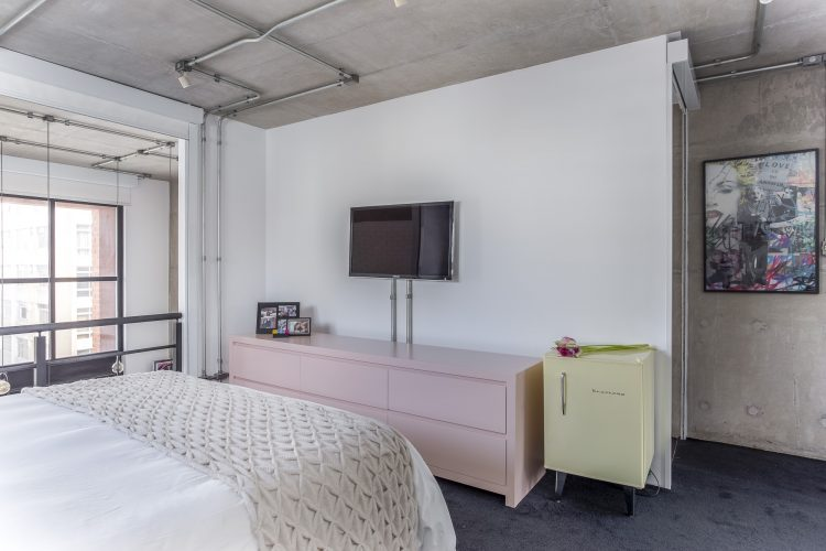 quarto de casal com comoda rosa no projeto de Korman Arquitetos