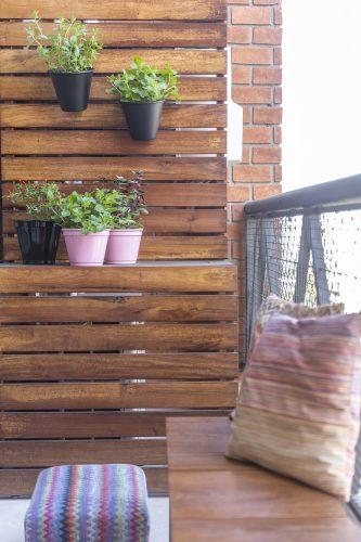 painel de madeira ripada usado como horta no projeto assinado por Korman Arquitetos