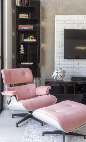 Poltrona Charles Eames com estofado rosa assinada por Korman Arquitetos