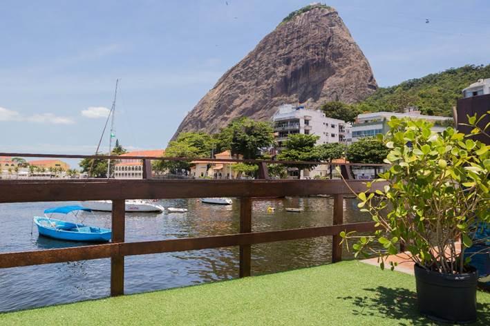 Novo point do verão carioca com vista panorâmica para os principais cartões postais do Rio, restaurante Flutuante a 200 metros da mureta da Urca. No portal sobre decoração, Conexão Décor.