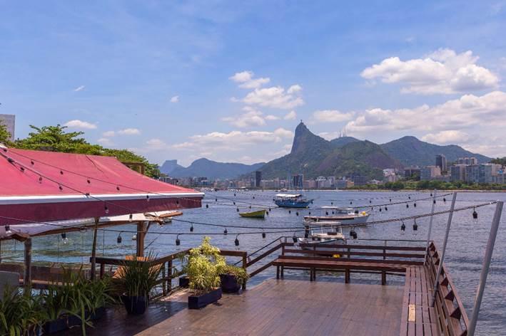 Novo point do verão carioca com vista panorâmica para os principais cartões postais do Rio, restaurante Flutuante a 200 metros da mureta da Urca,. No portal sobre decoração Conexão Décor.