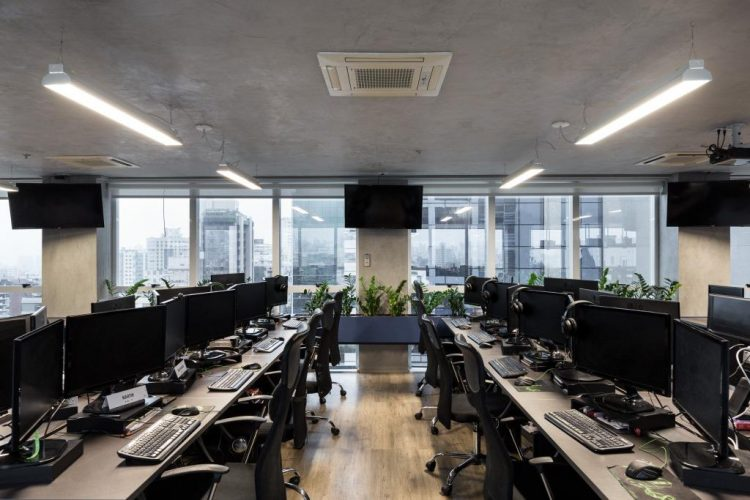 sala de trabalho da GuiaInvest com projeto de Mundstock Arquitetura