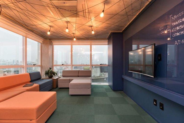 sala de reunião no projeto GuiaInvest da Mundstock Arquitetura foto de marcelo donadussi