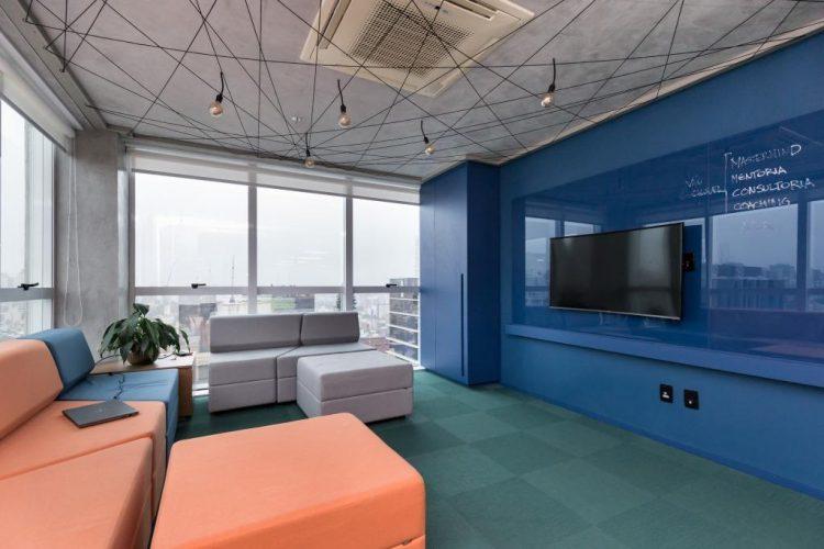 Painel de tv pintado de azul projeto de Mundstock arquitetura
