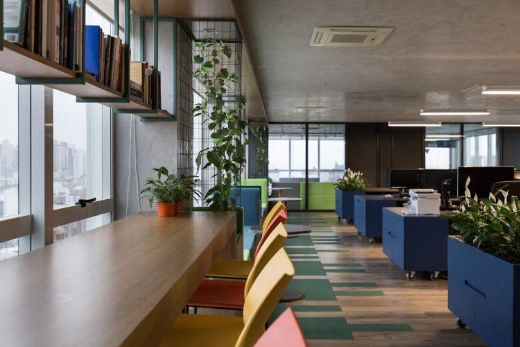 armários pintados de azul no projeto GuiaInvest da Mundstock Arquitetura foto de marcelo donadussi