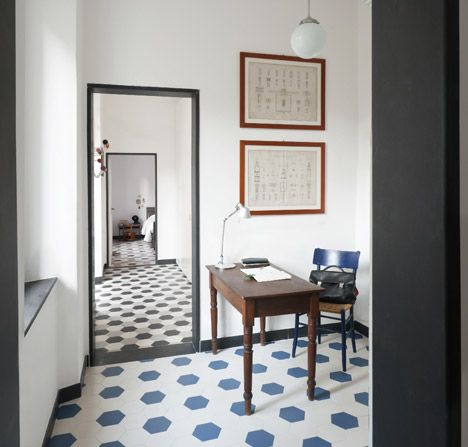 Rodapés pretos acrescenta personalidade ao Décor. Piso com cerâmica hexagonal em azul e branco com rodapé e guarnição da porta preto.