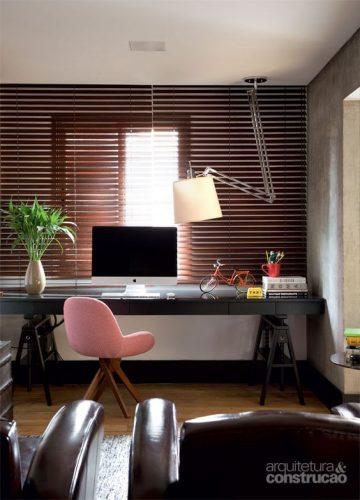 Rodapés pretos acrescenta personalidade ao Décor. Escritório com parede branca e rodapé preto.