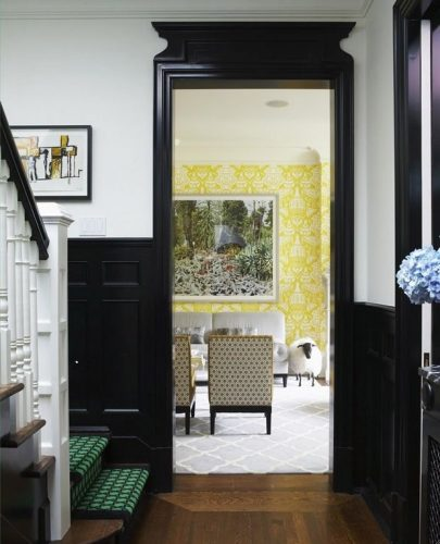 Rodapés pretos acrescenta personalidade ao Décor. Corredor da escada com meia parede em preto e guarnição da porta tb.
