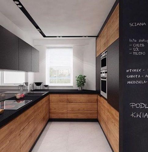 Rodapés pretos acrescenta personalidade ao Décor. Cozinha com armários em madeira e rodapé preto.