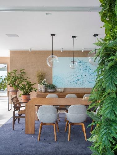 sala de jantar assinada por Fernanda Pessoa de Queiroz e paisagismo de Carmen Mouro