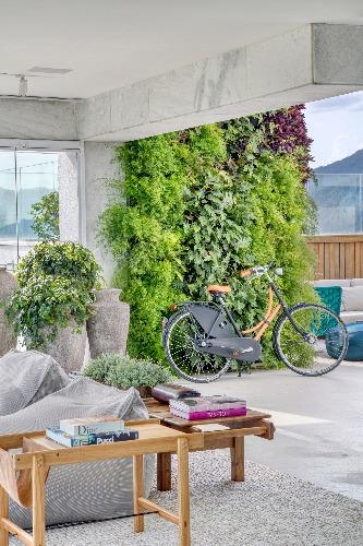 Bicicleta Hermès: acervo dos moradores.  ·        Mesa lateral assinada por Lucas Bond: Arquivo Contemporâneo  ·        Banco assinado por Sergio Rodrigues: Arquivo Contemporâneo  ·        Vasos vietnamitas: Organne, no projeto de Carmen Mouro