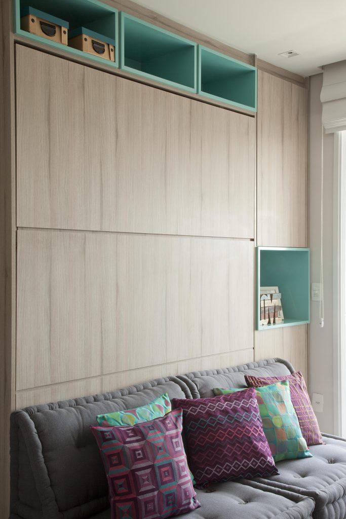 apartamento pequeno com parede de marcenaria assinado por Andrade Mello