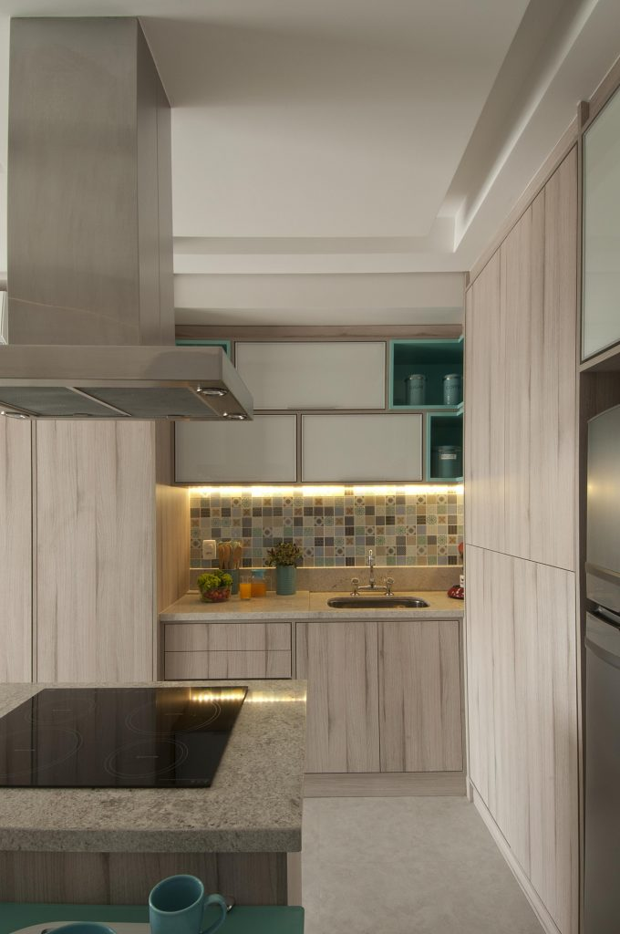 cozinha do apartamento compacto assinado por Andrade e Mello Arquitetura