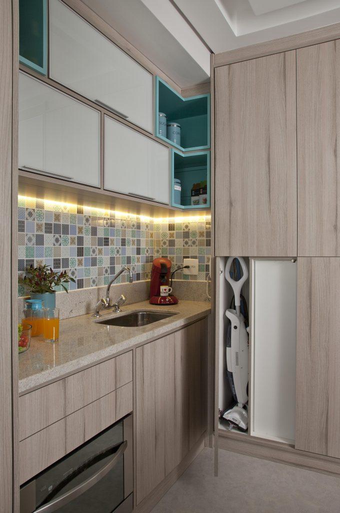 cozinha do apartamento compacto assinado por Andrade&Mello Arquitetura com fotos de luis gomes