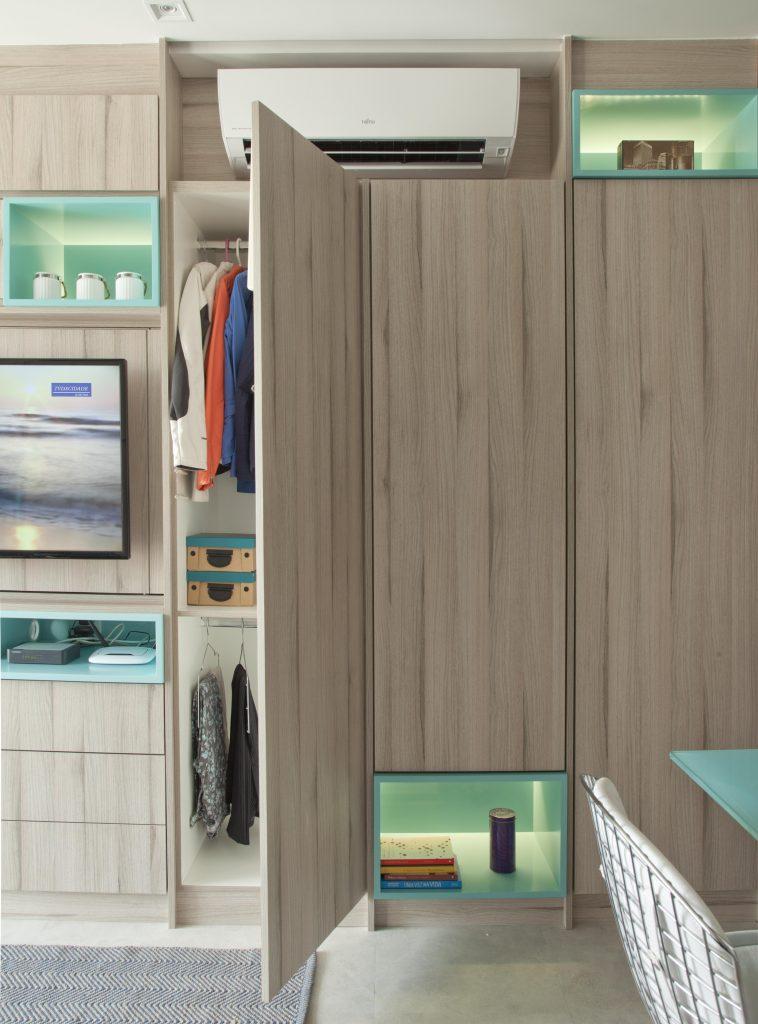 marcenaria integrada no projeto de apartamento compacto assinado por Andrade e Mello Arquitetura