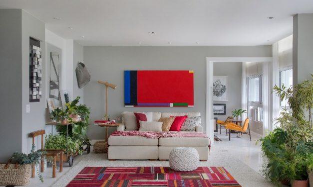 A paisagista Anna Luiza Rothier abre as portas de seu apartamento, com clima de varanda dentro de casa