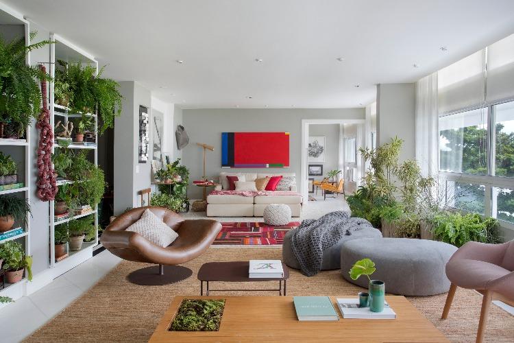 sala com quadro vermelho no fundo e muito verde de Anna Luiza Rothier