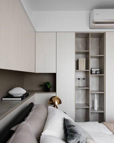 Armário superior e nicho embaixo com cama .
