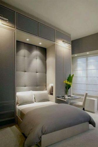 Decoração estilo clássico com cama embutido no armário, cabeceira acolchoada.