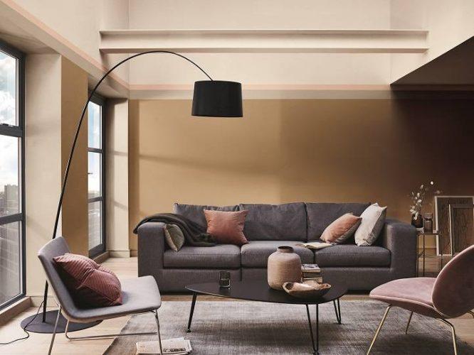 Parede de fundo do sofá pintado com a cor 2019  Cremée Brule da Coral Tintas .